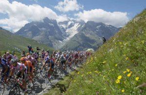 The peloton climbs Col du Galibier